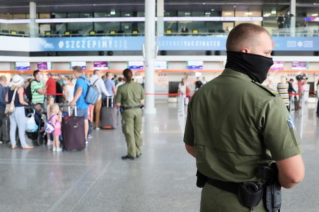 Pasażerowie oraz funkcjonariusze Straży Ochrony Lotniska na lotnisku im. Fryderyka Chopina w Warszawie / Leszek Szymański    /PAP