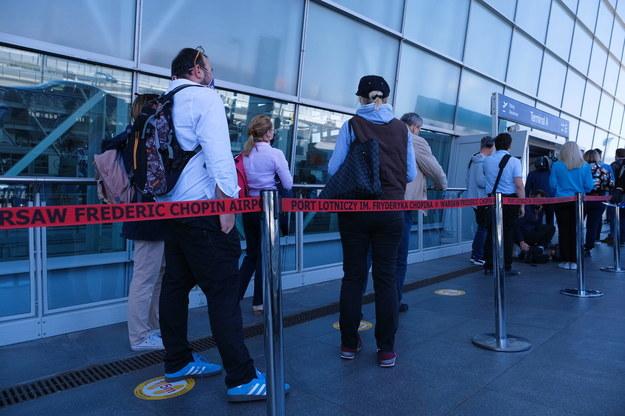 Pasażerowie podczas symulacji nowej organizacji ruchu na warszawskim lotnisku /Mateusz Marek /PAP/EPA
