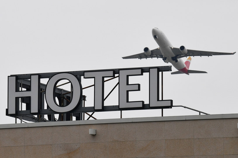 Pasażerowie przyjeżdżający z krajów wysokiego ryzyka mieliby spędzać 10 dni w swoich pokojach /JUSTIN TALLIS / AFP /AFP