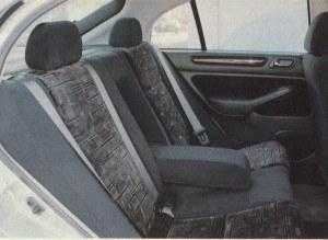 Pasażerowie siedzący z tyłu nie mogą narzekać na brak miejsca. Większość wersji pięciodrzwiowych zapewnia siedzącym z tyłu osobom mniej miejsca nad głowami. W Accordzie liftbacku jest go o 5 mm więcej niż w sedanie. /Motor