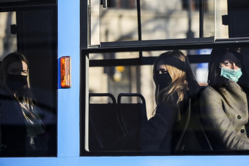 Pasażerowie tramwaju w maseczkach /Beata Zawrzel /Reporter