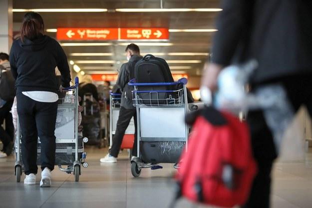 Pasażerowie w hali odlotów na Lotnisku Chopina w Warszawie / Leszek Szymański    /PAP