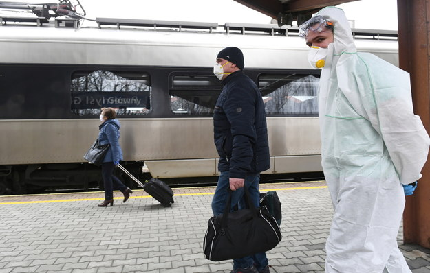 Pasażerowie wsiadają do pociągu specjalnego z Przemyśla do Kijowa /Darek Delmanowicz /PAP