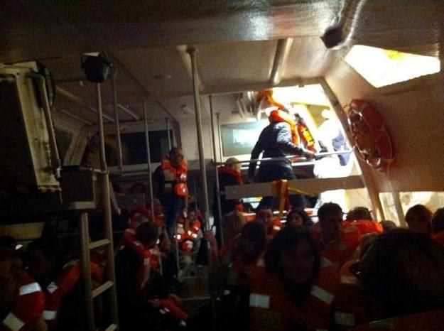 Pasażerowie wycieczkowca w łodzi ratunkowej /PAP/EPA
