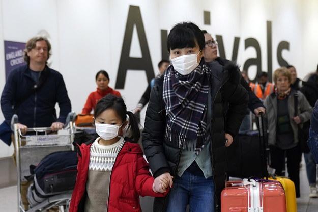 Pasażerowie z Chin na lotnisku w Londynie /WILL OLIVER  /PAP/EPA