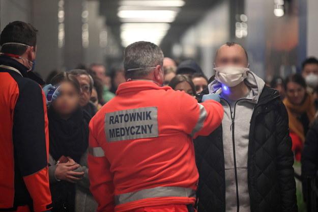 Pasażerowie z Mediolanu poddawani badaniu na lotnisku w Balicach na zdjęciu ilustracyjnym //Łukasz Gągulski /PAP