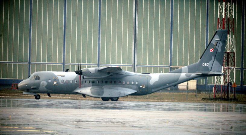 Pasażerski samolot CASA, na pokładzie którego konwojowany jest Kajetan P., wylądował na wojskowym lotnisku Okęcie w Warszawie /Jacek Turczyk /PAP