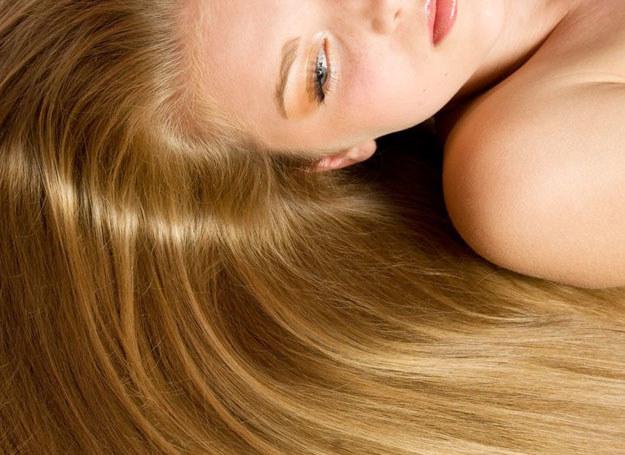 Pasmo jasnych włosów ma tak działać, jakby właśnie osoba ta stała w świetle reflektorów /123RF/PICSEL