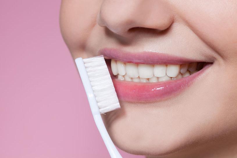 Pasta do zębów nie jest jedynym gwarantem zdrowego uśmiechu /123RF/PICSEL