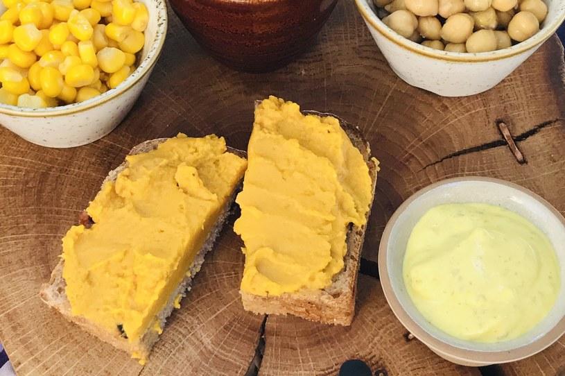 Pasta fasolowa curry z pieczoną marchewką /materiały prasowe