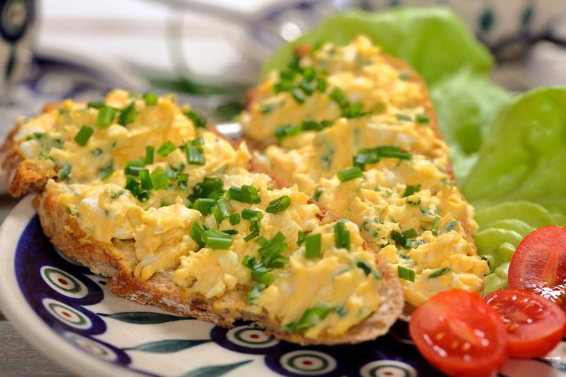 Pasta jajeczna najlepiej smakuje ze świeżym pieczywem /123RF/PICSEL