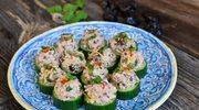 Pasta z tuńczyka ze śliwkami kalifornijskimi na zielonych ogórkach