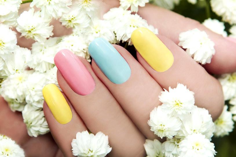 Pastelowe barwy są bardzo efektowne. Poza tym malowanie nimi paznokci jest bardzo proste /123RF/PICSEL