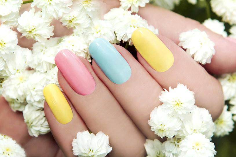 Pastelowe kolory dopasuj do dodatków lub biżuterii /123RF/PICSEL