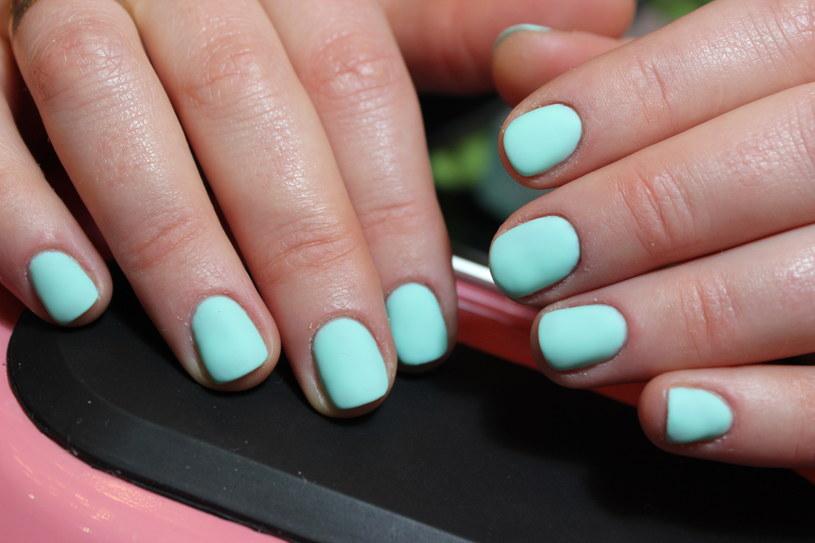 Pastelowe kolory na paznokciach są teraz najmodniejsze! /123RF/PICSEL