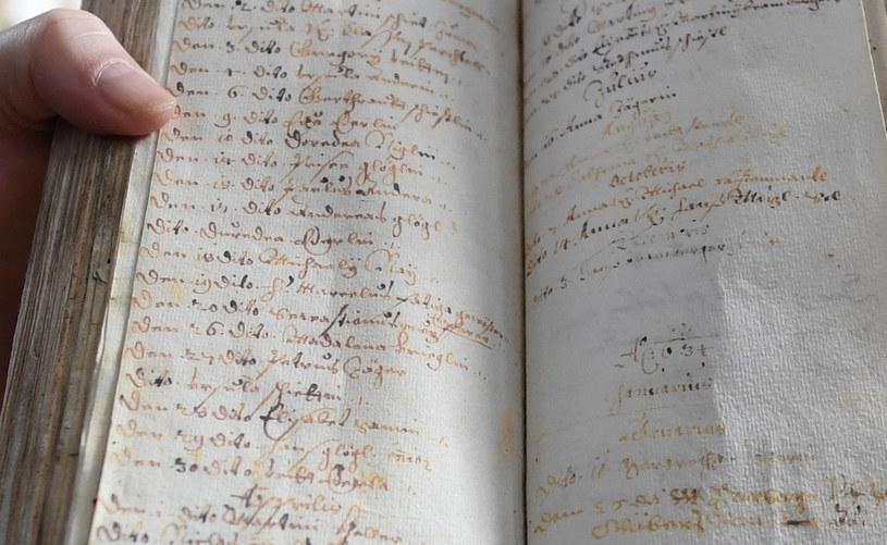 """Pastor z Oberammergau przedstawia tzw. """"Księgę śmierci"""" z czasów epidemii dżumy (XVII w.) / ANDREAS GEBERT/ Reuters /Agencja FORUM"""