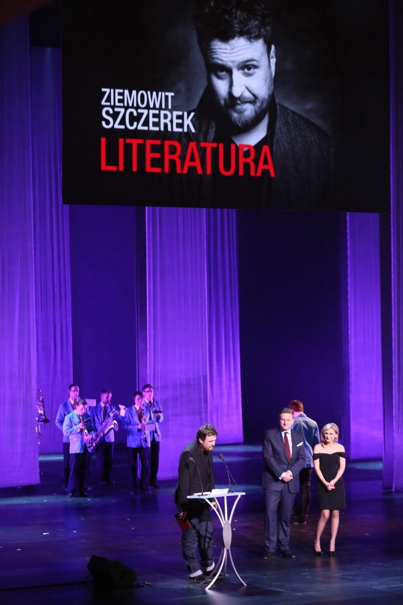 """Paszport """"Polityki"""" w kategorii literatura odebrał pisarz Ziemowit Szczerek. /Leszek Szymański /PAP"""