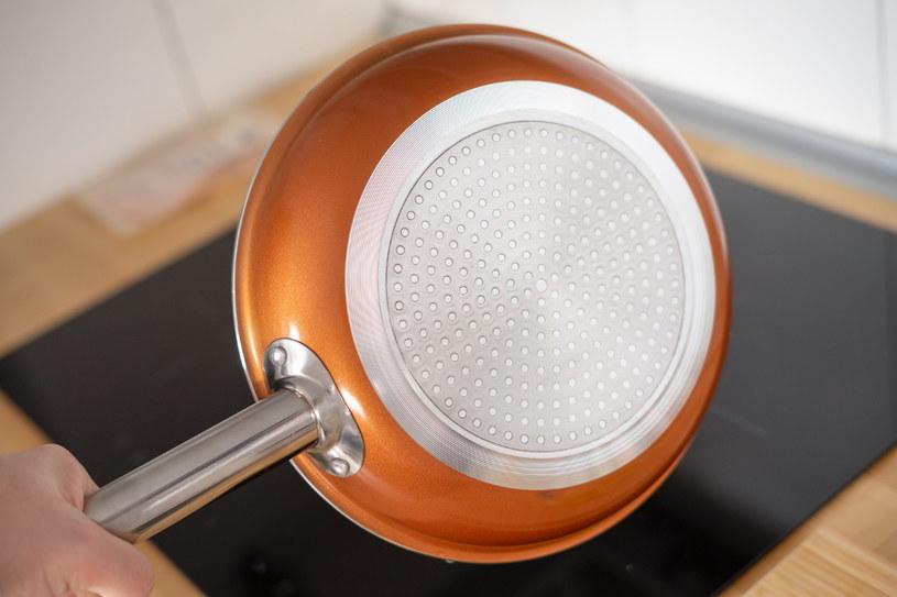 Patelni miedzianej można używać na każdym typie kuchenki /INTERIA.PL