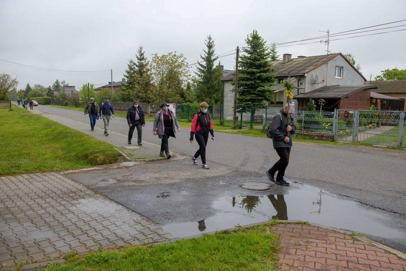 Pątnicy z Łowicza na trasie pielgrzymki do Częstochowy. /Grzegorz Michałowski   /PAP