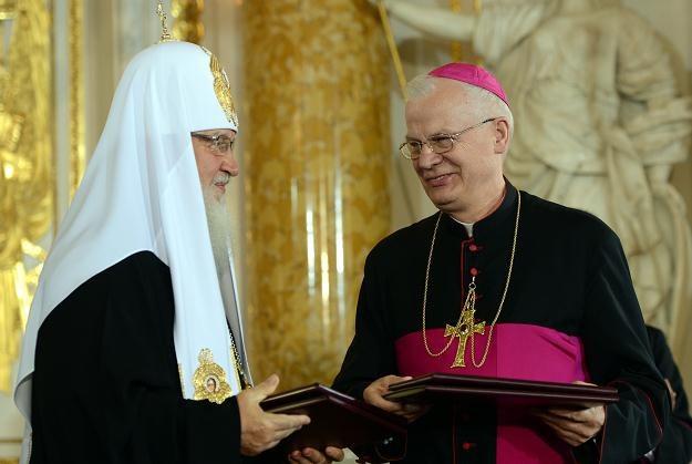 Patriarcha Moskwy Cyryl I (z lewej) i abp Józef Michalik w Warszawie, 17 sierpnia 2012 /PAP
