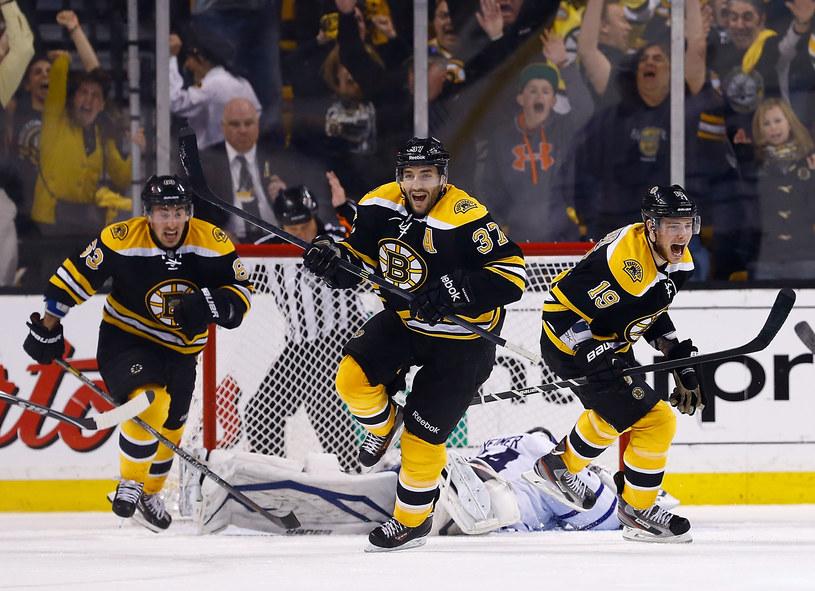 Patrice Bergeron (w środku) zapewnił Bruins awans /AFP