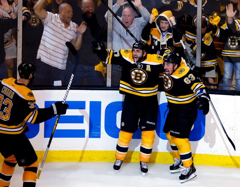 Patrice Bergeron (w środku) zdobył decydującego gola dla Boston Bruins /AFP