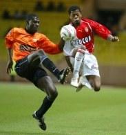Patrice Evra (Monaco, z prawej) w walce o piłkę z Adarną Coulibalym /AFP