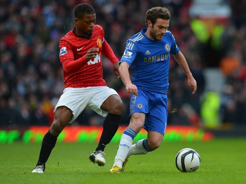 Patrice Evra z Manchesteru United próbuje zatrzymać Juana Matę /AFP