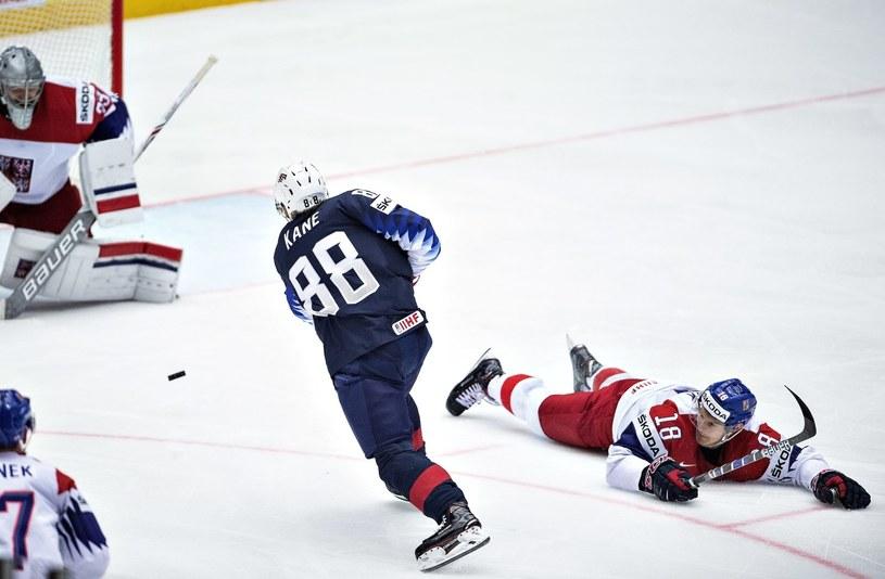 Patrick Kane strzela zwycięskiego gola dla USA w meczu z Czechami /PAP/EPA