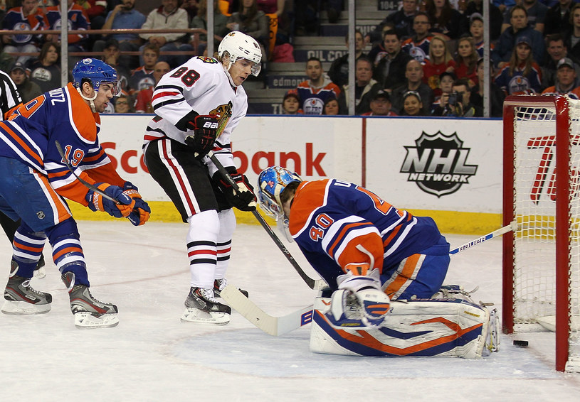Patrick Kane z Chicago Blackhawks strzela gola Edmonton Oilers /AFP