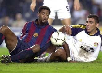 Patrick Kluivert (L) zdobył jedną z bramek dla Barcelony