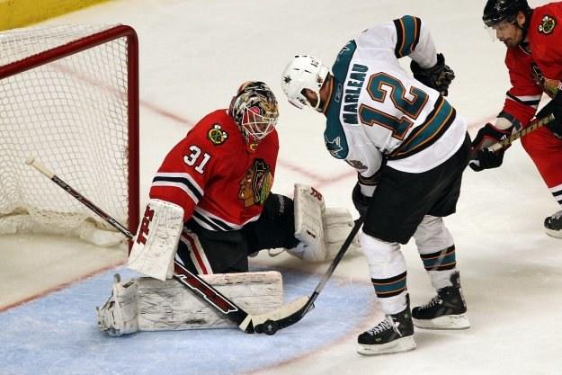 Patrick Marleau z San Jose Sharks próbuje pokonać Antti Niemiego. /AFP