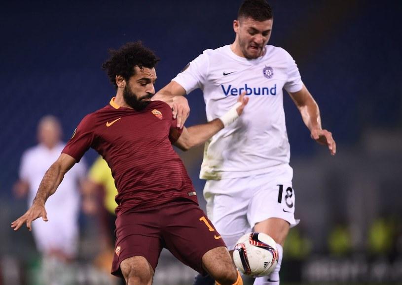 Patrizio Stronati (z prawej) miał okazję występować w Lidze Europy. Z lewej Mohamed Salah, wówczas piłkarz AS Roma /FILIPPO MONTEFORTE /AFP