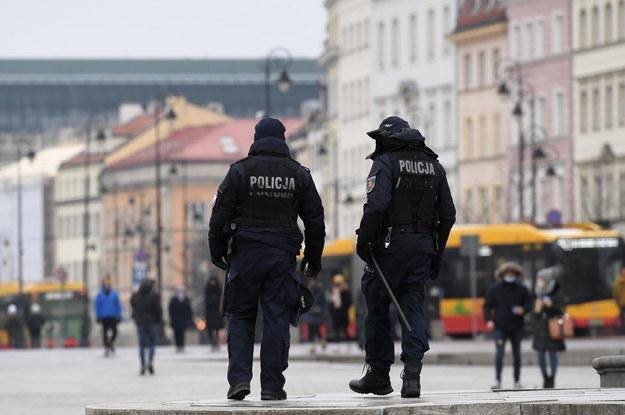 Patrol policji podczas kontroli pod kątem przestrzegania obostrzeń w centrum Warszawy /Piotr Nowak /PAP