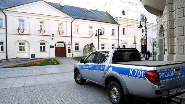 Patrol policji przed I LO w Rzeszowie /Dariusz Delmanowicz    /PAP
