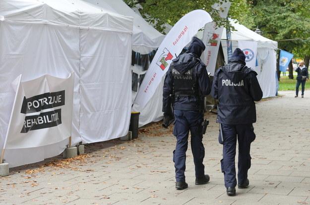 """Patrol policji w tzw. """"białym miasteczku"""" przed siedzibą Kancelarii Prezesa Rady Ministrów w Warszawie, 18 bm. Podczas konferencji prasowej komitetu protestacyjno-strajkowego doszło do samookaleczenia / Paweł Supernak   /PAP"""