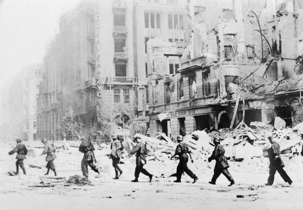 Patrol powstańczy na ulicy Jasnej w Warszawie, sierpień 1944 /PAI/Reprodukcja zdjęcia Sylwestra Brauna ps. Kris /PAP