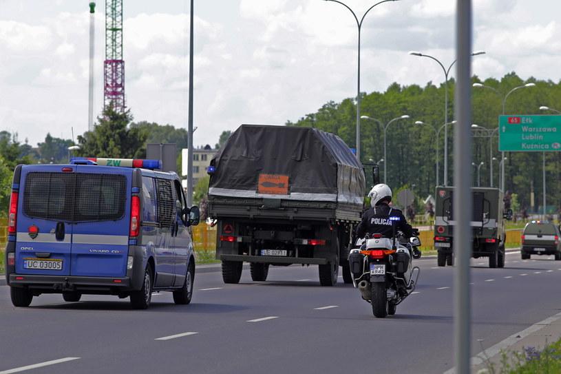 Patrol saperski odtransportowuje niewybuch /Artur Reszko /PAP