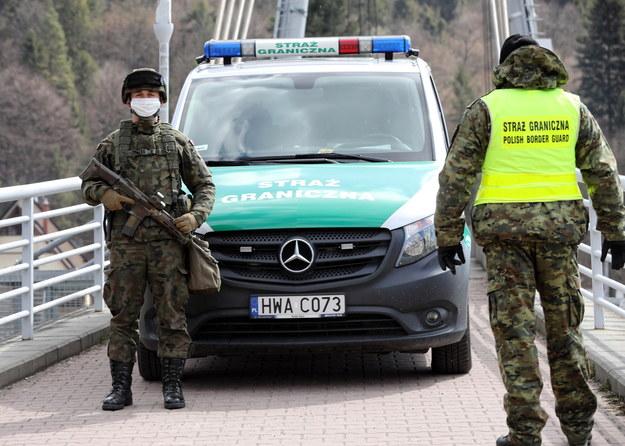 Patrol straży granicznej na przejściu pieszo-rowerowym ze Słowacją na Dunajcu / Grzegorz Momot    /PAP