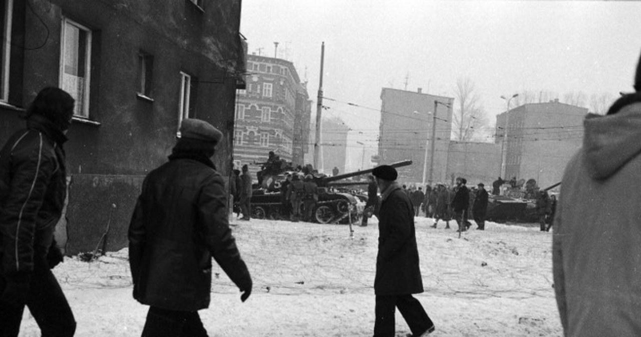 Patrole milicji, czołgi, wozy bojowe. Archiwalne zdjęcia ze stanu wojennego