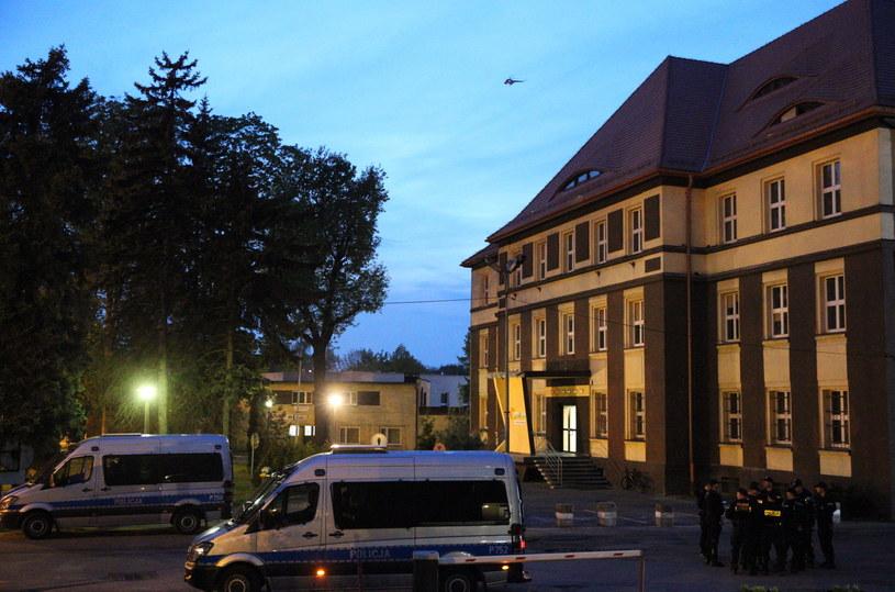Patrolujący miasto z góry śmigłowiec i w możone siły policji w pobliżu miejscowego komisariatu są widoczne wieczorem w Knurowie /Andrzej Grygiel /PAP