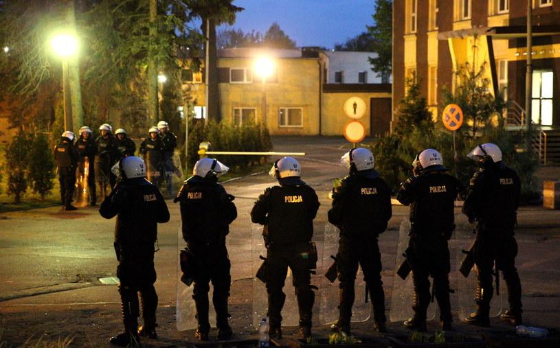 Patrolujący miasto z góry śmigłowiec i wzmożone siły policji w pobliżu miejscowego komisariatu są widoczne wieczorem w Knurowie /Andrzej Grygiel /PAP