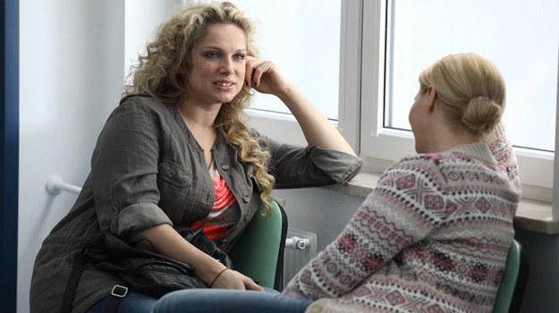 Patrycja (Joanna Liszowska) jedzie na punkcję jajników – to kolejny etap leczenia niepłodności metodą in vitro. Jest zestresowana. Na szczęście podczas zabiegu towarzyszy jej Anka (Magdalena Stużyńska). /Polsat