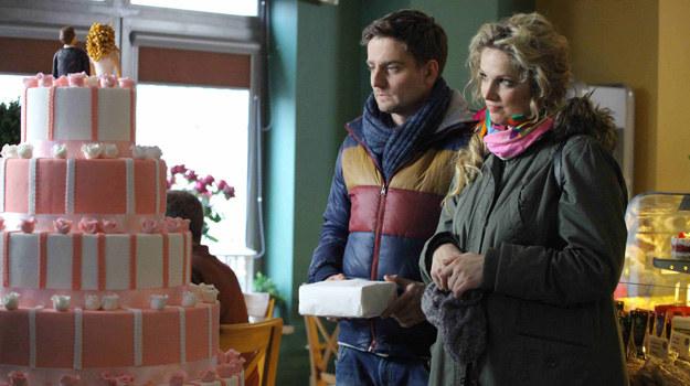 Patrycja (Joanna Liszowska) umawia się z Michałem (Marcin Rogacewicz) i jego rodzicami, aby wybrać sukienkę ślubną i tort. /Polsat