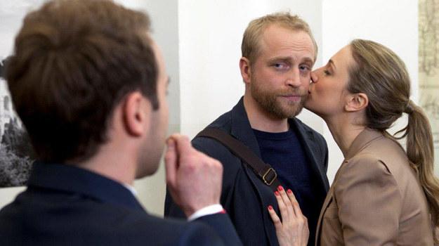 Patrycja składa namiętny całus na policzku Rekruta… Fryderyk nie ma wątpliwości – ta kobieta łatwo nie odpuści i to dopiero początek jego prawdziwych kłopotów! /TVN