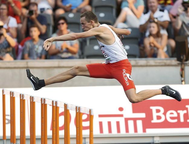 Patryk Dobek w półfinałowym biegu na 400 m przez płotki podczas lekkoatletycznych mistrzostw Europy w Berlinie / Adam Warżawa    /PAP