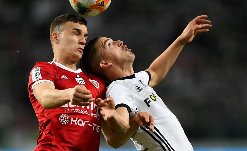Patryk Dziczek (z lewej) walczy o piłkę z Carlitosem /PAP/Piotr Nowak /PAP