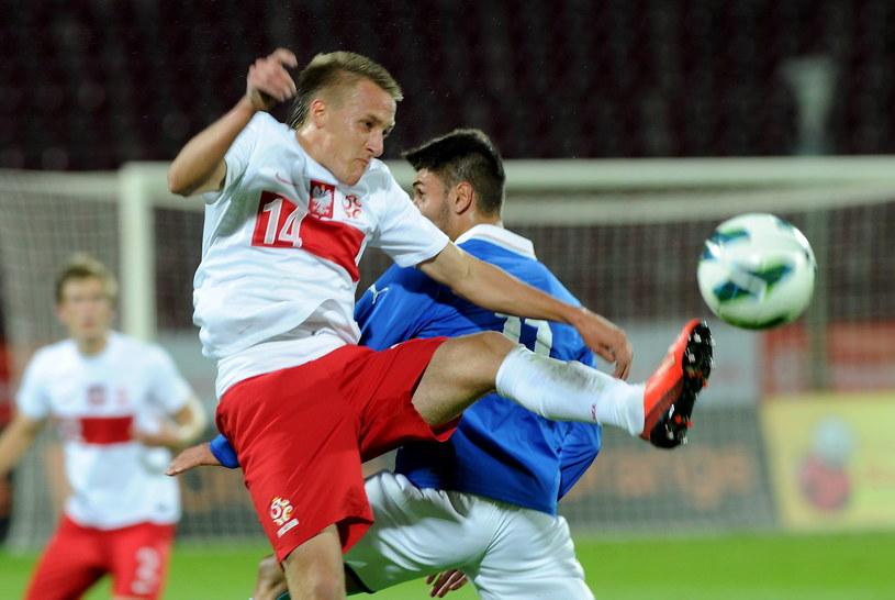 Patryk Fryc walczy o piłkę z Włochem Vincenzo Grifo /Marcin Bielecki /PAP