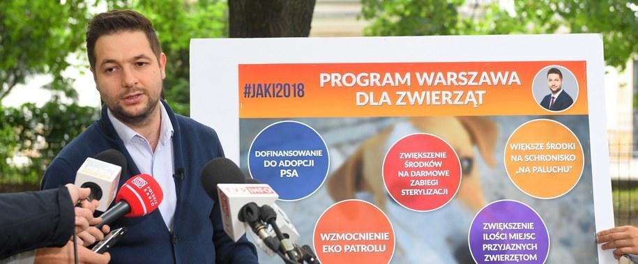 Patryk Jaki na konferencji prasowej /Radek Pietruszka /PAP