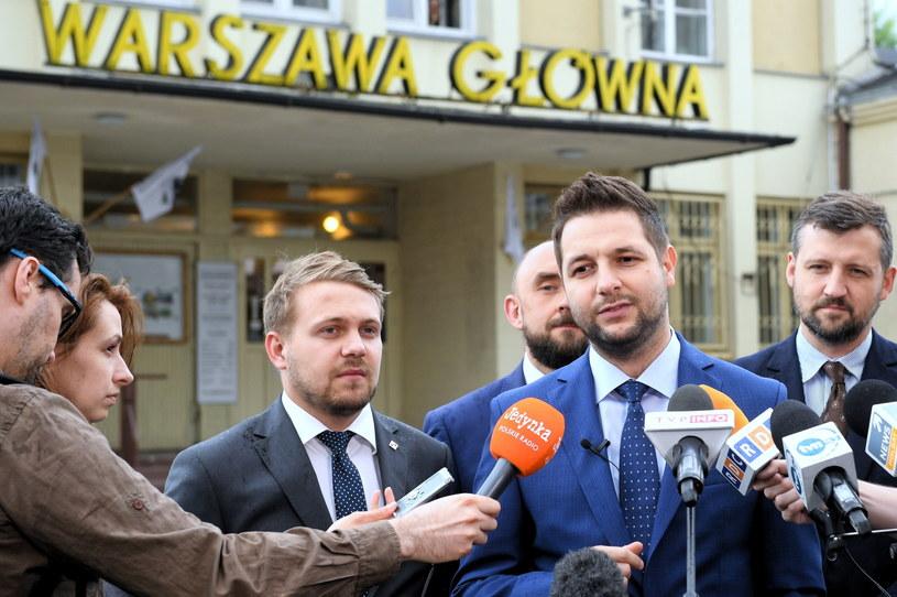 PAtryk Jaki przed wejściem do dawnego dworca Warszawa Główna /Radek Pietruszka /PAP